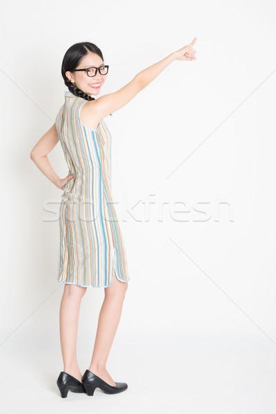 Achteraanzicht asian chinese meisje wijzend Stockfoto © szefei