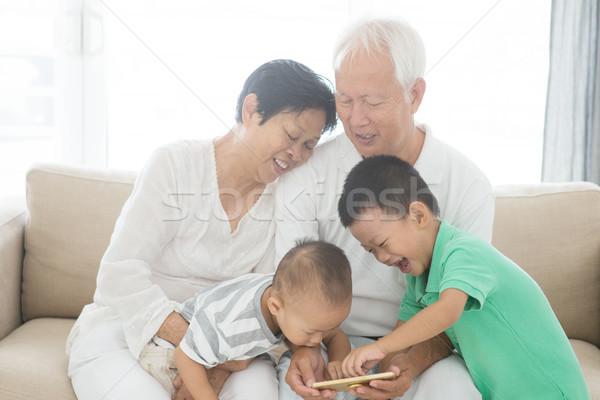 дедушка и бабушка внучата Smart телефонов портрет счастливым Сток-фото © szefei