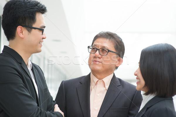 üzleti csoport megbeszélés ázsiai üzleti csapat megbeszélés csoport Stock fotó © szefei