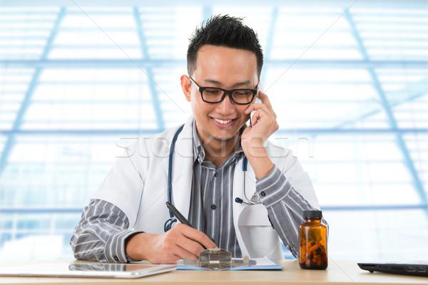 ázsiai orvosi orvos dolgozik asztal fiatal Stock fotó © szefei