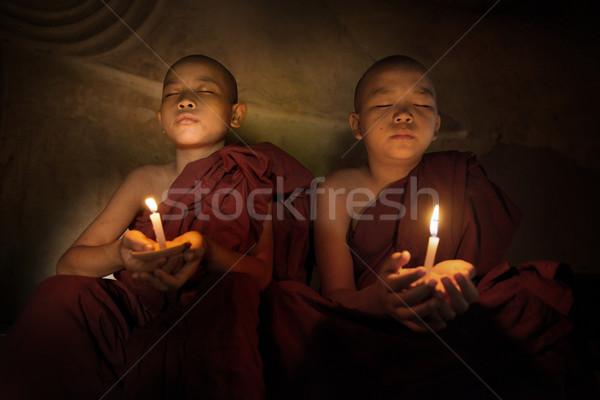 Foto stock: Budista · oração · luz · de · velas · pequeno · homens · viajar