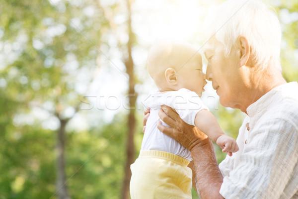 Dziadek wnuk całując odkryty portret szczęśliwy Zdjęcia stock © szefei