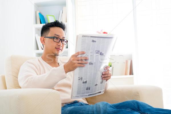 Délkelet ázsiai férfi olvas újság ül Stock fotó © szefei