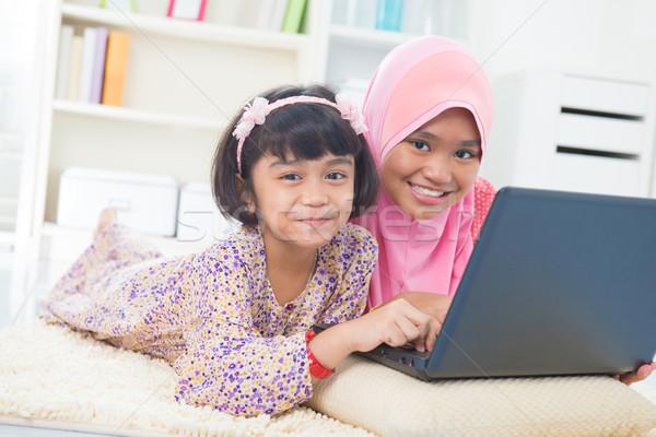 Sudeste asiático crianças surfe internet casa Foto stock © szefei
