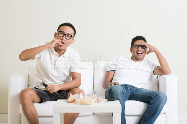 Stok fotoğraf: Erkekler · izlerken · tv · birlikte · dostluk · teknoloji