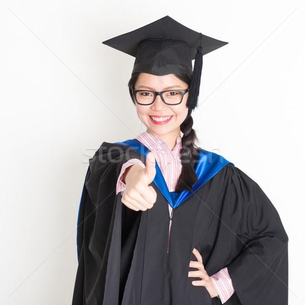 Egyetemi hallgató hüvelykujj felfelé mosolyog boldog érettségi Stock fotó © szefei