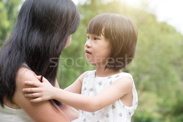 Asiático mãe filha bonding ao ar livre família Foto stock © szefei