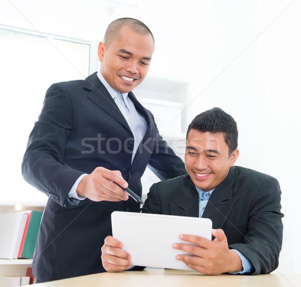 Délkelet ázsiai üzletemberek tevékenység ül iroda Stock fotó © szefei