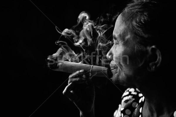 öreg dohányos ráncos ázsiai nő dohányzás Stock fotó © szefei