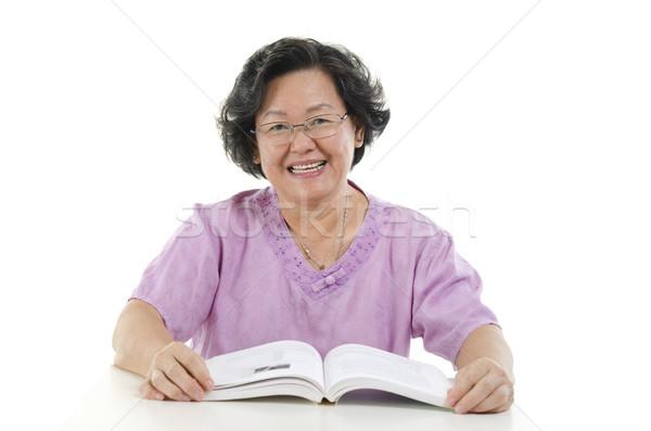 Sabio altos adulto mujer lectura libro Foto stock © szefei