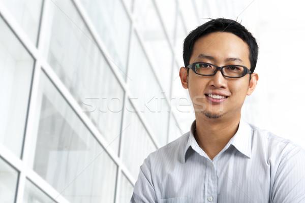 Di bell'aspetto asian piedi fuori edificio per uffici business Foto d'archivio © szefei