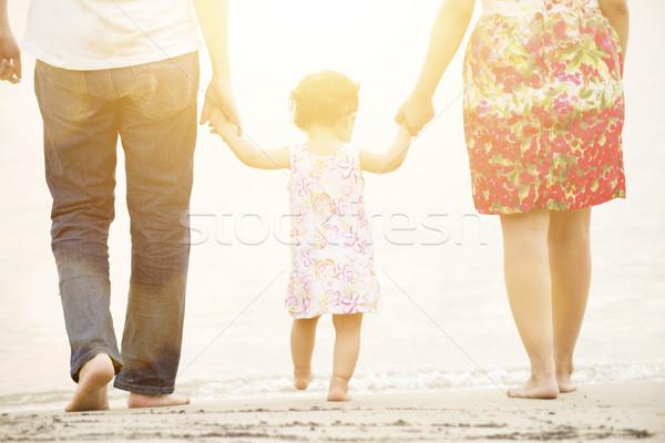 Сток-фото: семьи · , · держась · за · руки · пляж · счастливым · азиатских · Открытый