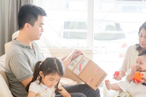 Padre código qr feliz Asia casa de la familia Foto stock © szefei