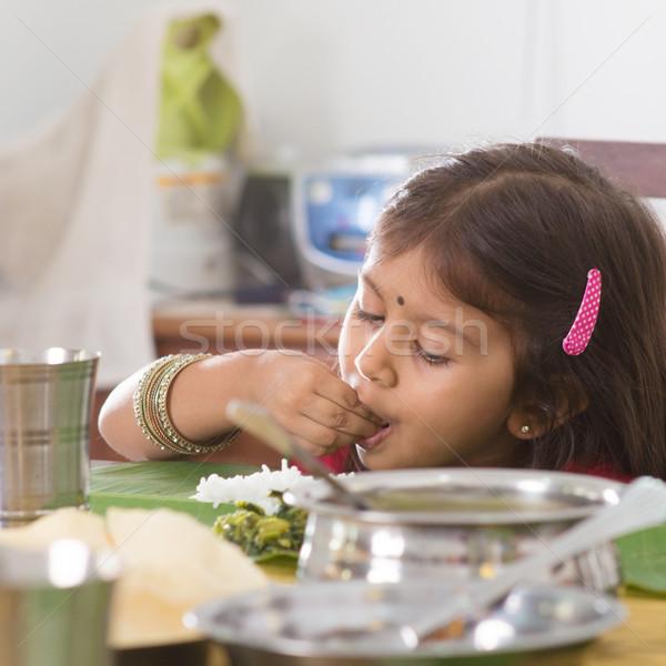 Indian meisje eten rijst familie dining Stockfoto © szefei