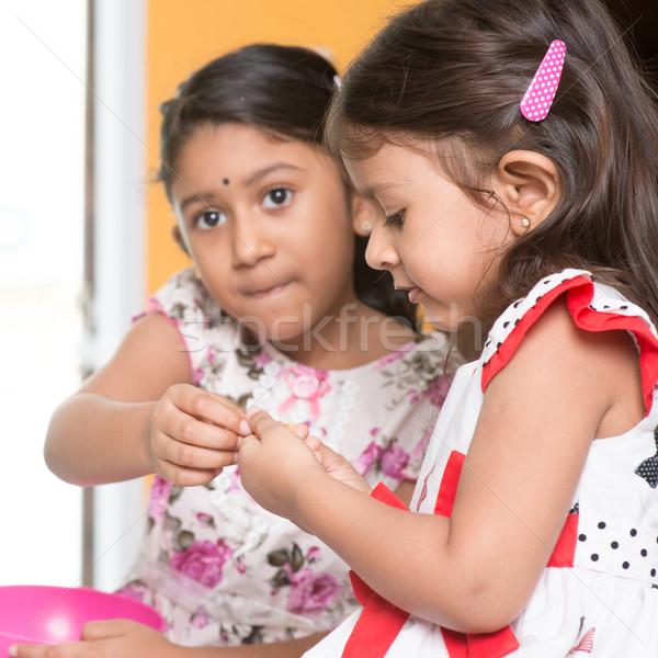 Testvér osztás harapnivalók indiai lányok hagyományos Stock fotó © szefei