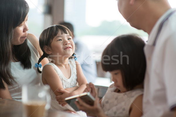 Openhartig foto asian familie mensen cafetaria Stockfoto © szefei