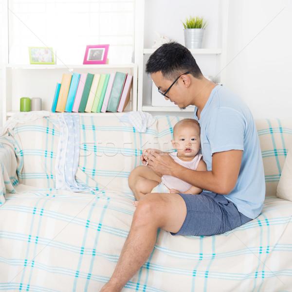 Zmęczony ojciec opieki baby domu Zdjęcia stock © szefei