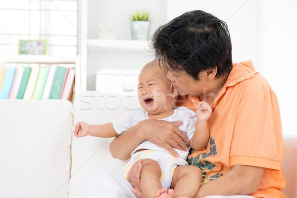 Comodidad llorando bebé consolador nino Foto stock © szefei