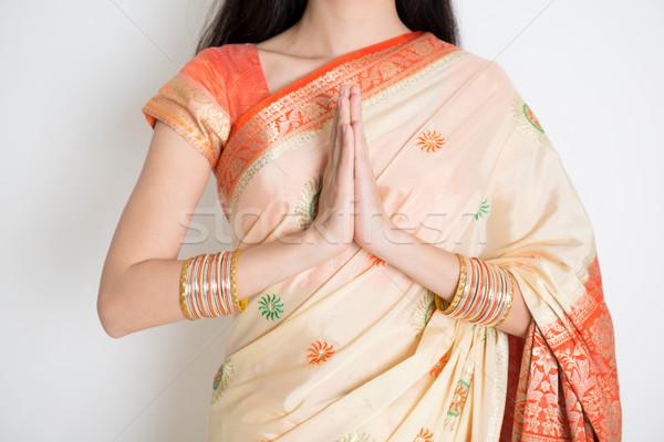 Groet pose eerlijke huid indian vrouw Stockfoto © szefei
