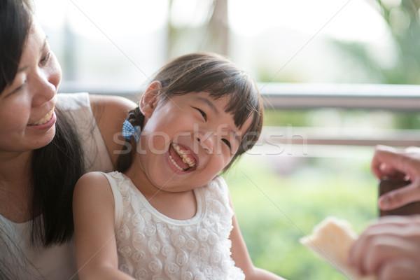 Asian familie openhartig foto ouder Stockfoto © szefei