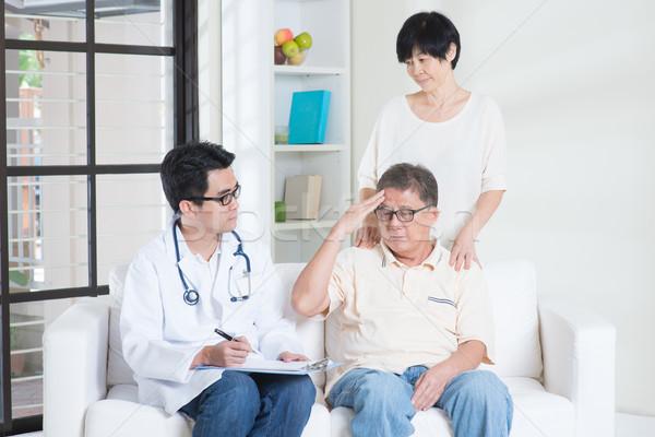 Rodziców opieki zdrowotnej lekarza pacjenta asian stary Zdjęcia stock © szefei
