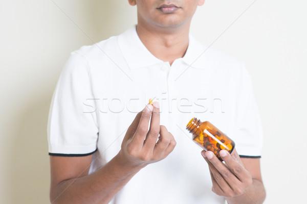 Eszik gyógyszer kapszula beteg indiai fickó Stock fotó © szefei
