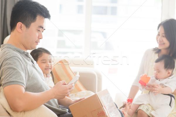 Qr code chińczyk ludzi szczęśliwy asian Zdjęcia stock © szefei