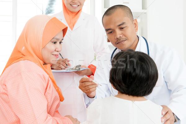 Arts temperatuur ziek kinderen ziekenhuis zuidoosten Stockfoto © szefei