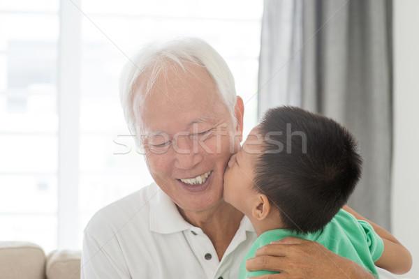 Kleinkind zoenen grootvader portret gelukkig asian Stockfoto © szefei