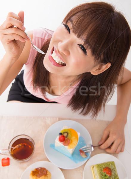 Leuk asian eten cake vrouw binnenkant Stockfoto © szefei