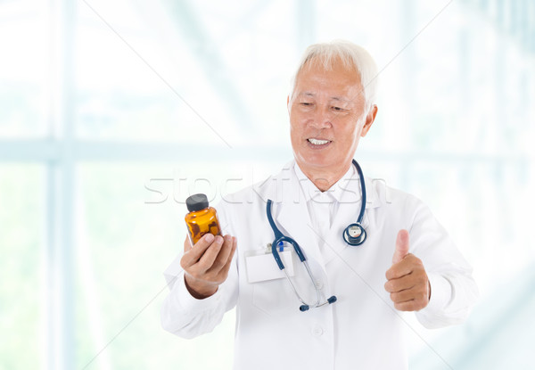 Zdjęcia stock: Kciuk · w · górę · asian · lekarza · butelki