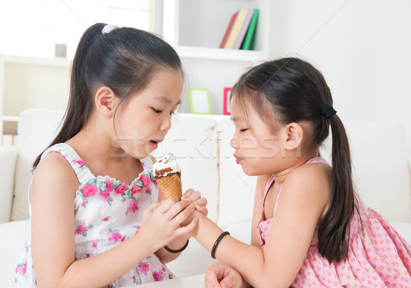 Mangiare cono gelato asian ragazze condivisione gelato Foto d'archivio © szefei