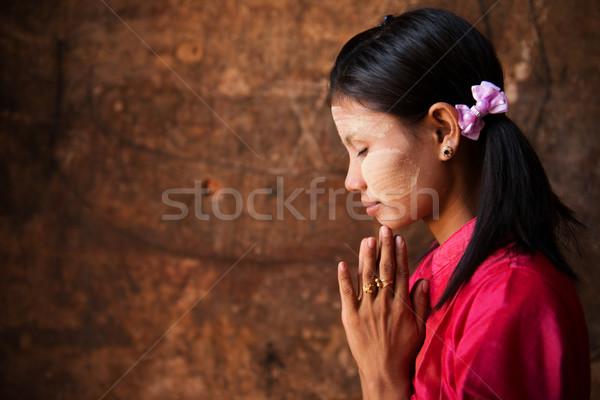 Myanmar lány imádkozik póz gyönyörű hagyományos Stock fotó © szefei