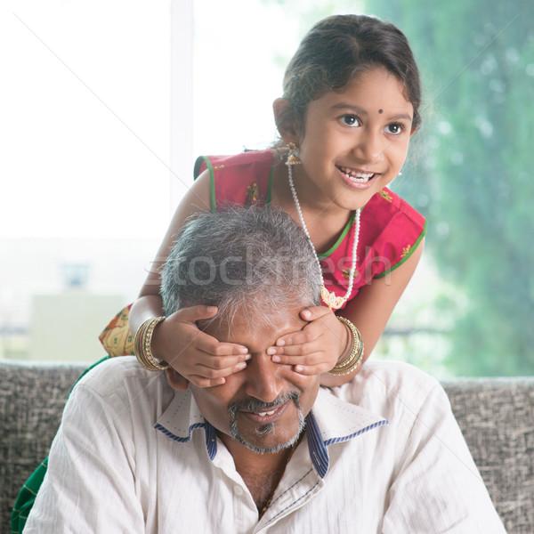 Meglepetés apa boldog indiai családi otthon ázsiai Stock fotó © szefei