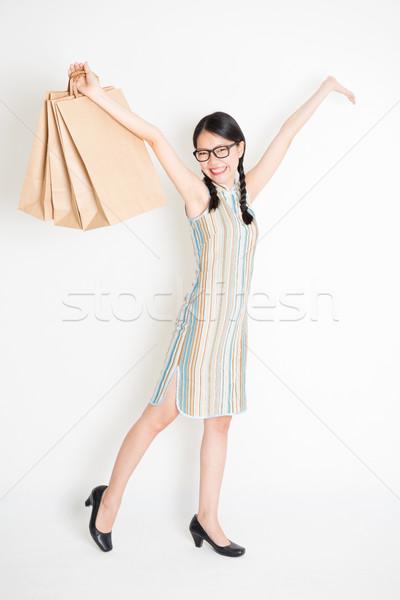 Távolkeleti lány tart vásárlás papírzacskó portré Stock fotó © szefei