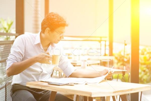 Indio hombre de negocios relajante Asia lectura periódico Foto stock © szefei