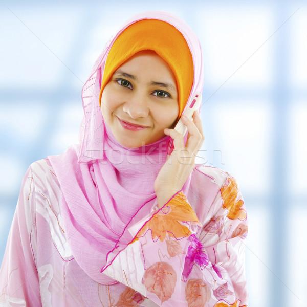 Telefon muszlim üzletasszony néz oldal nő Stock fotó © szefei
