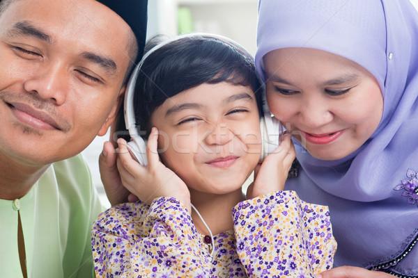 Asian famiglia ascoltare mp3 cuffie sud-est Foto d'archivio © szefei