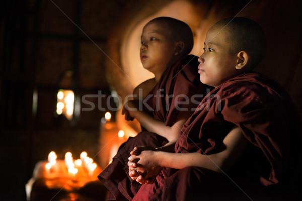 Buddhistisch beten innerhalb Tempel jungen Anfänger Stock foto © szefei