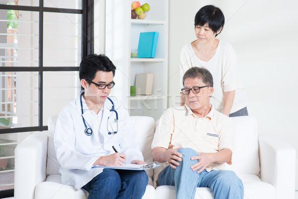 Arts patiënt gezondheidszorg asian oude man raadplegen Stockfoto © szefei