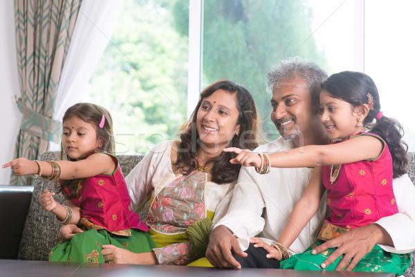 Familie wijzend weg gelukkig indian eengezinswoning Stockfoto © szefei
