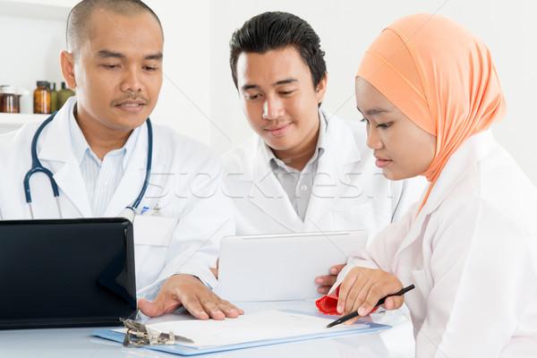 Orvosok megbeszélés kórház iroda orvosi csapat Stock fotó © szefei