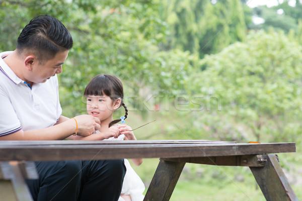 Ojciec córka klejenie parku asian rodziny Zdjęcia stock © szefei