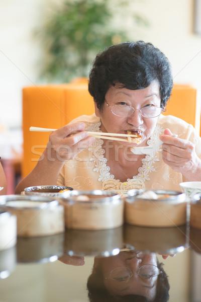 Senior asian vrouw dining restaurant gelukkig Stockfoto © szefei