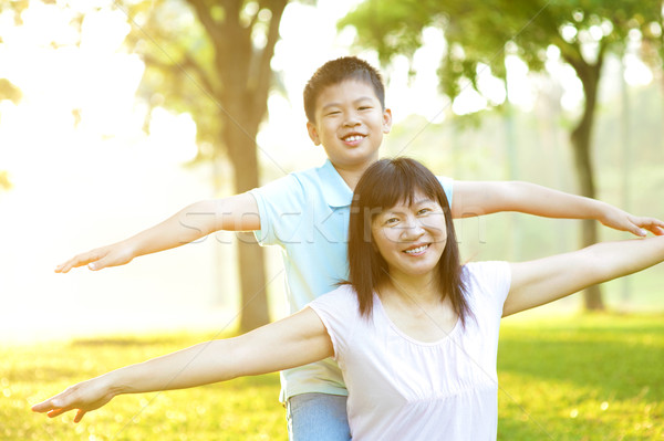 Asian moeder kind gelukkig spelen tropische Stockfoto © szefei