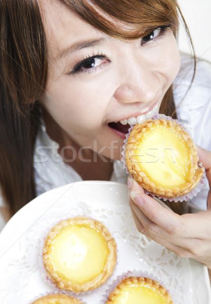Ei jonge vrouw genieten taart hand Stockfoto © szefei