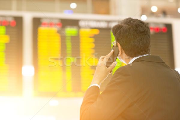 Empresário olhando aeroporto vôo horário asiático Foto stock © szefei