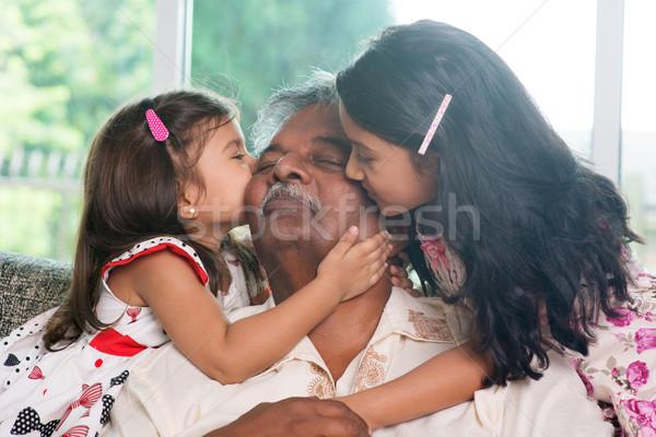 Unokák csók nagyszülő portré indiai családi otthon Stock fotó © szefei