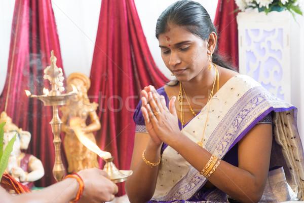 Indiano feminino oração mulher padre tradicional Foto stock © szefei