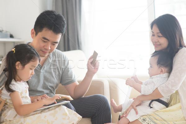 Stockfoto: Asian · familie · online · winkelen · creditcard · gelukkig